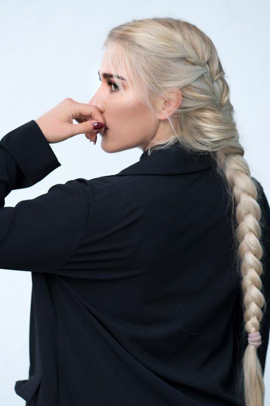 blond meisje met lange vlecht