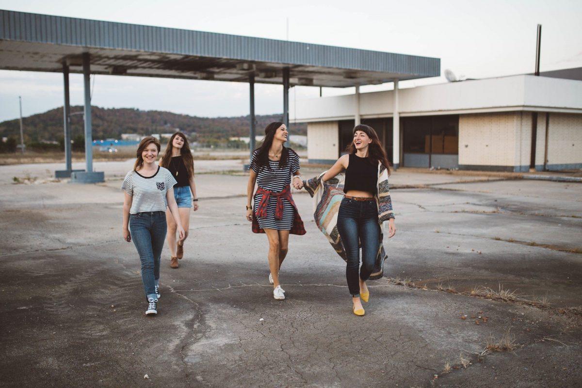 hippe meiden bij een tankstation