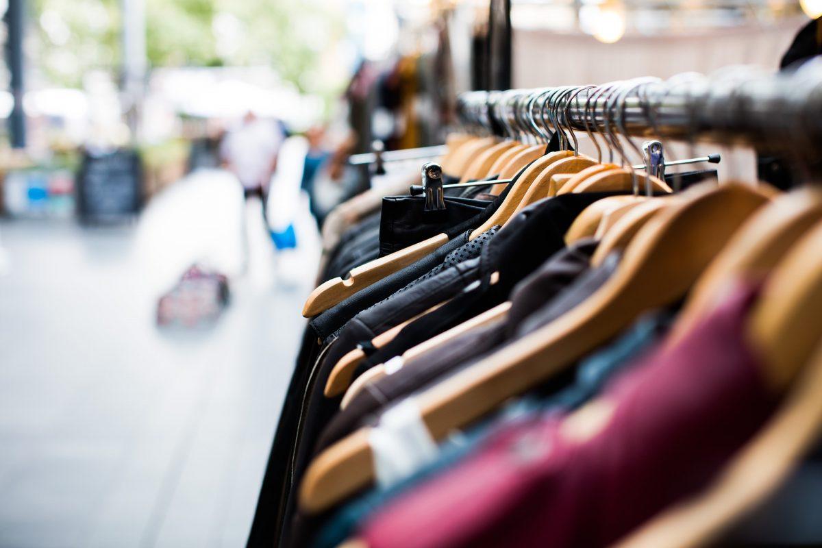 kledingrek hangertjes met kleren
