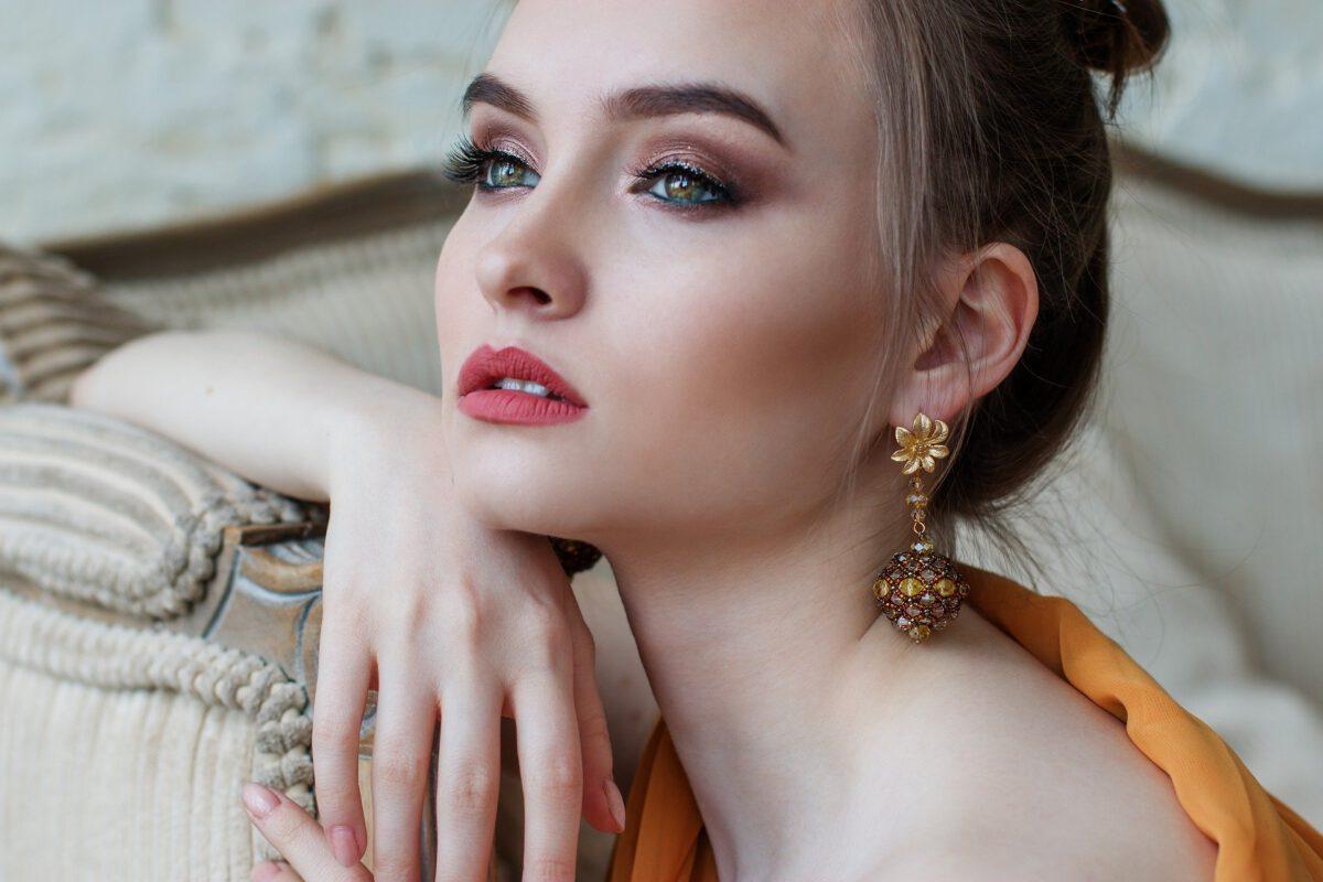 Close up van opgemaakt gezicht blanke vrouw