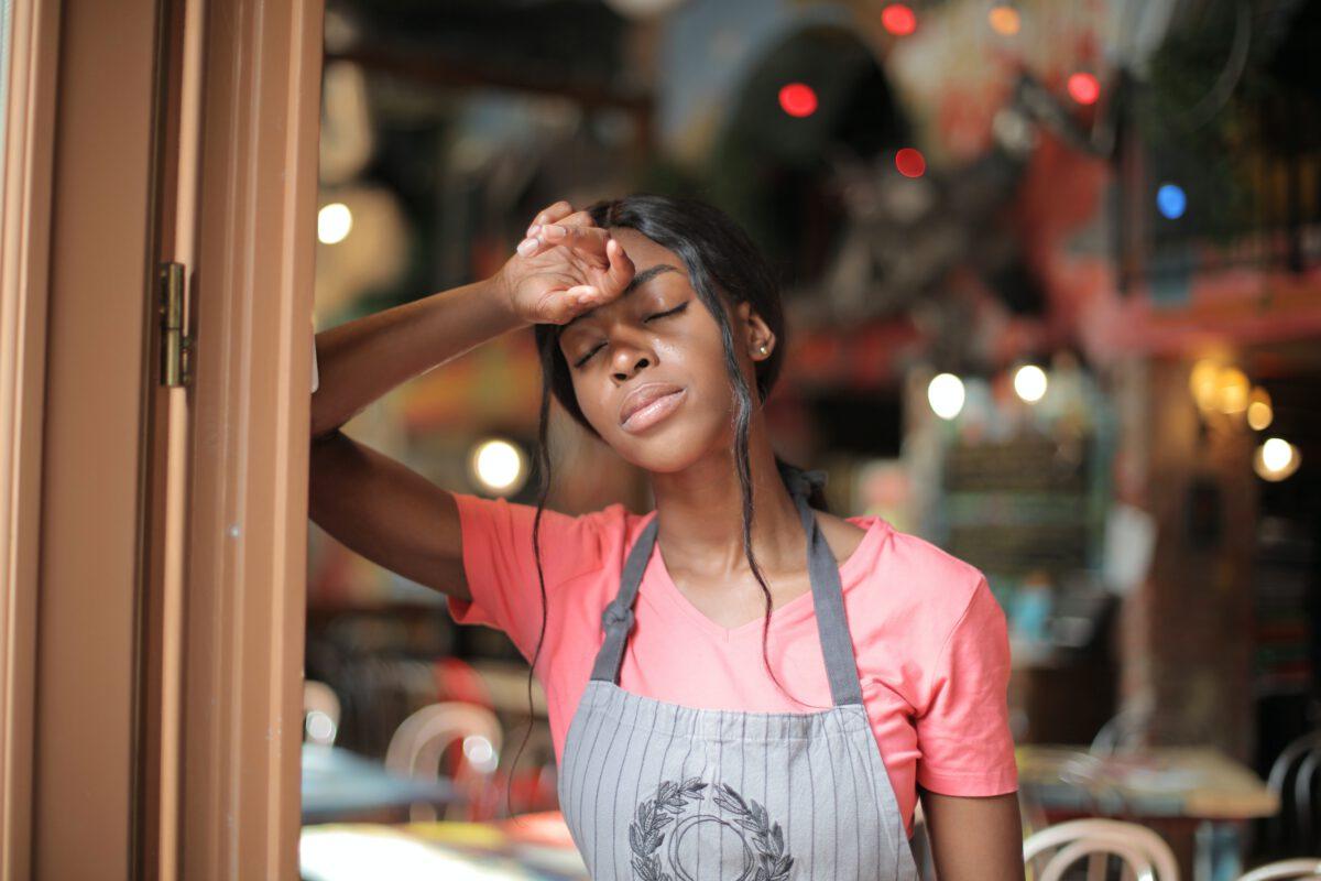 bruine vrouwelijke barista, moe na werk