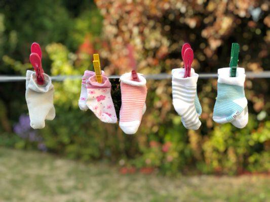 kindersokjes aan een waslijn