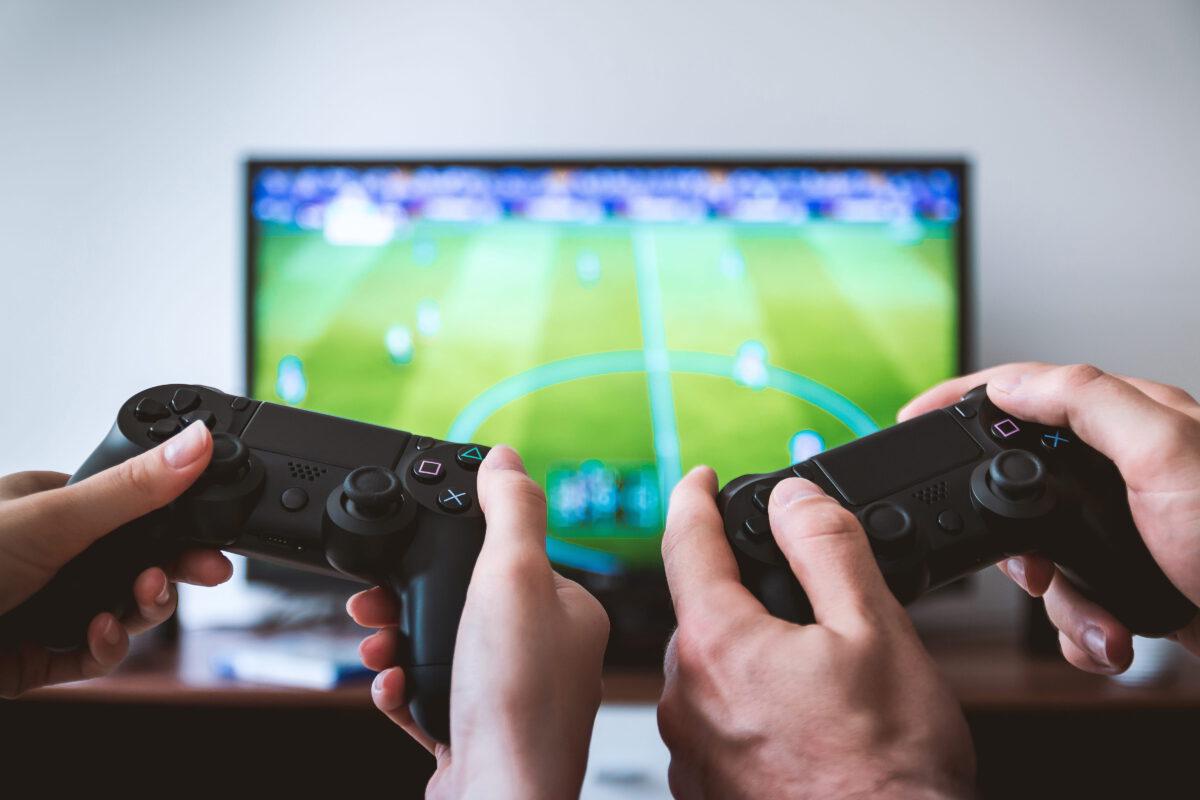 2 playstation controllers Fifa gameverslaafd