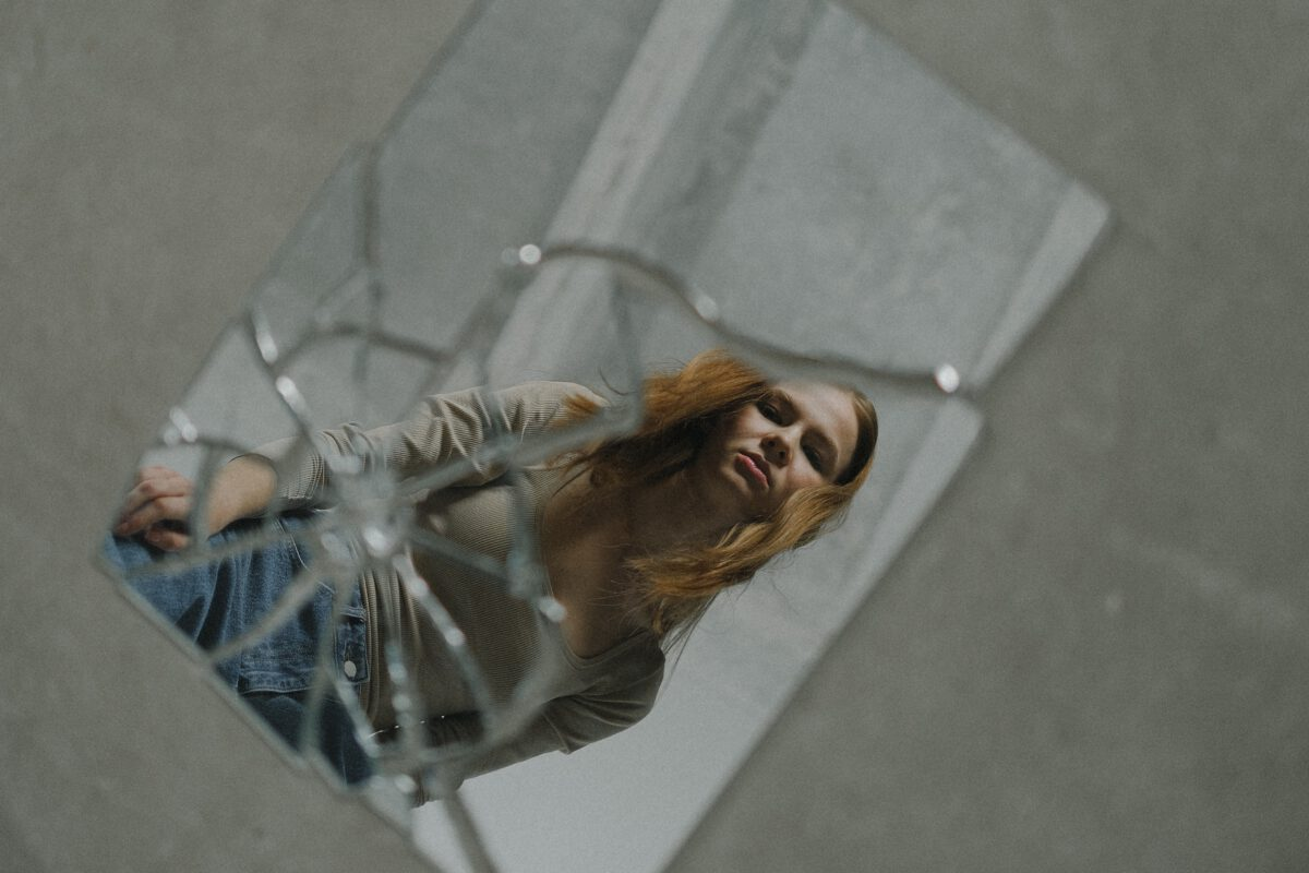 Vrouw smasht spiegels in kapsalon met een hakbijl
